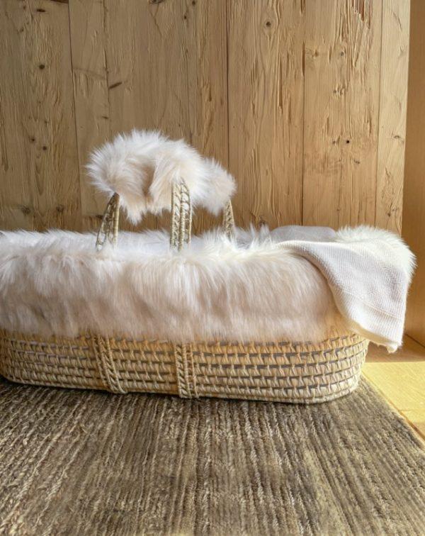 Couffin osier et Habillage fausse fourrure beige